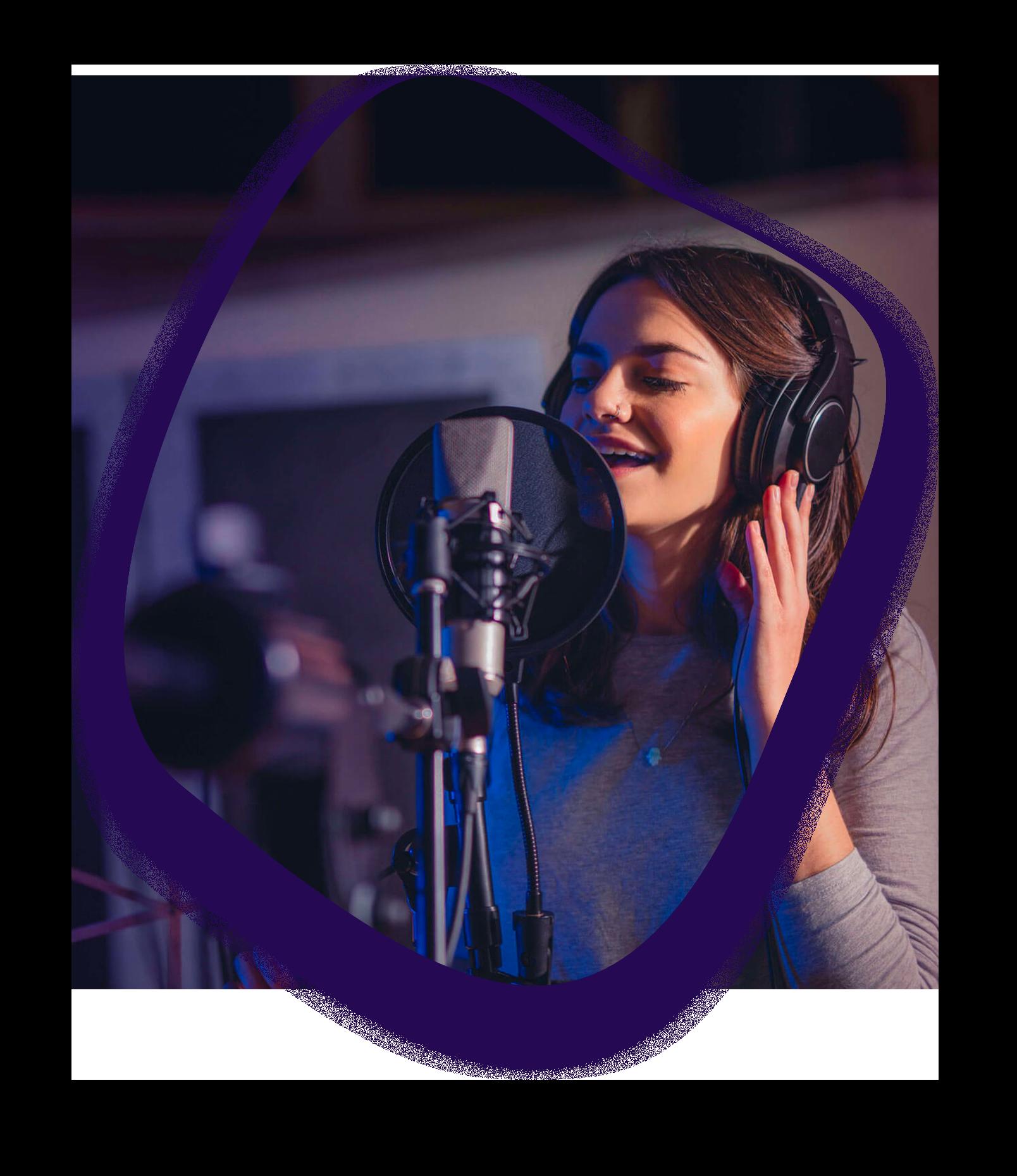 ici se trouve une photo d'une jeune entrain de chanter dans un studio d'enregistrement