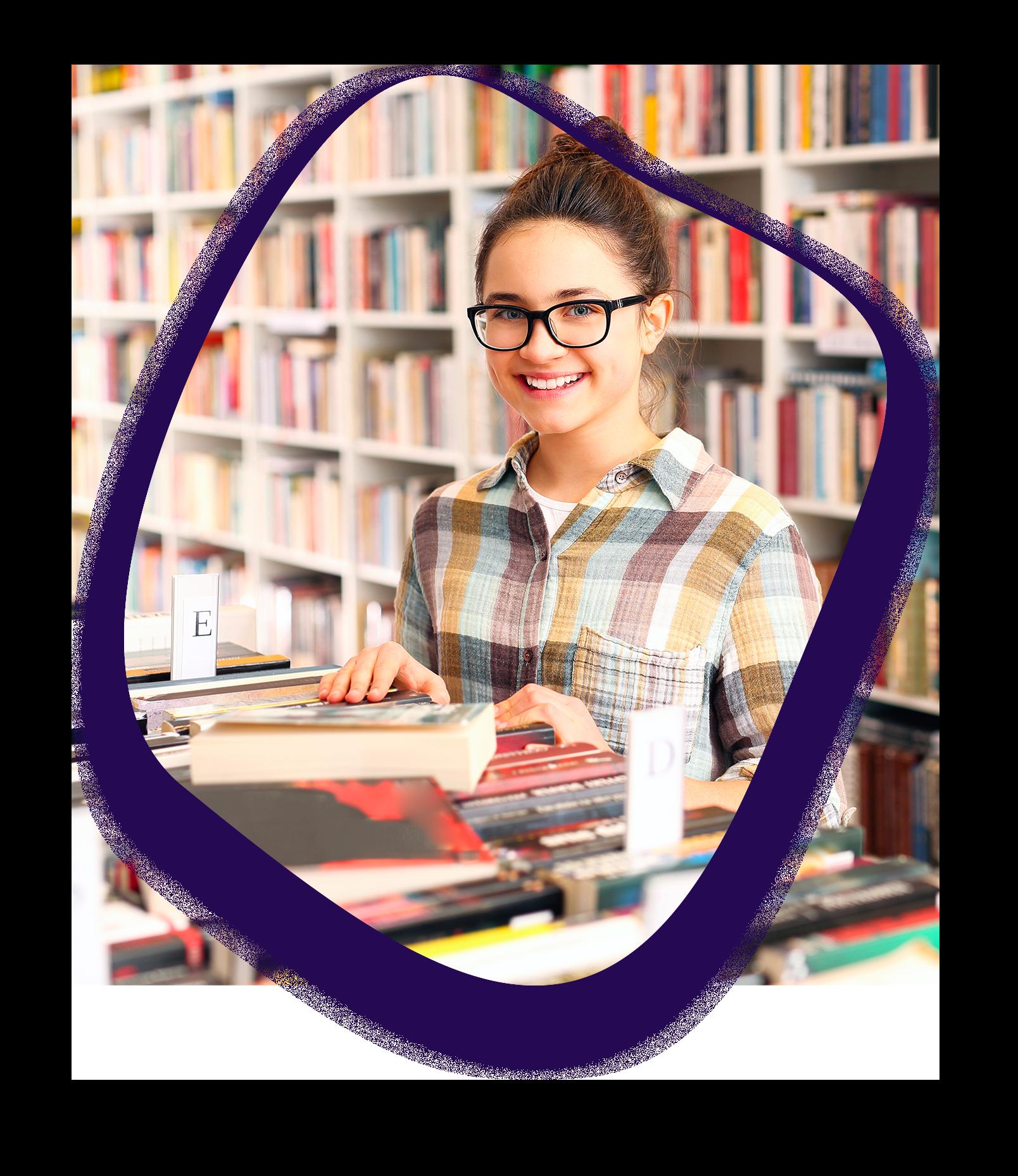 ici se trouve une photo d'une jeune fille dans une librairie qui sourit