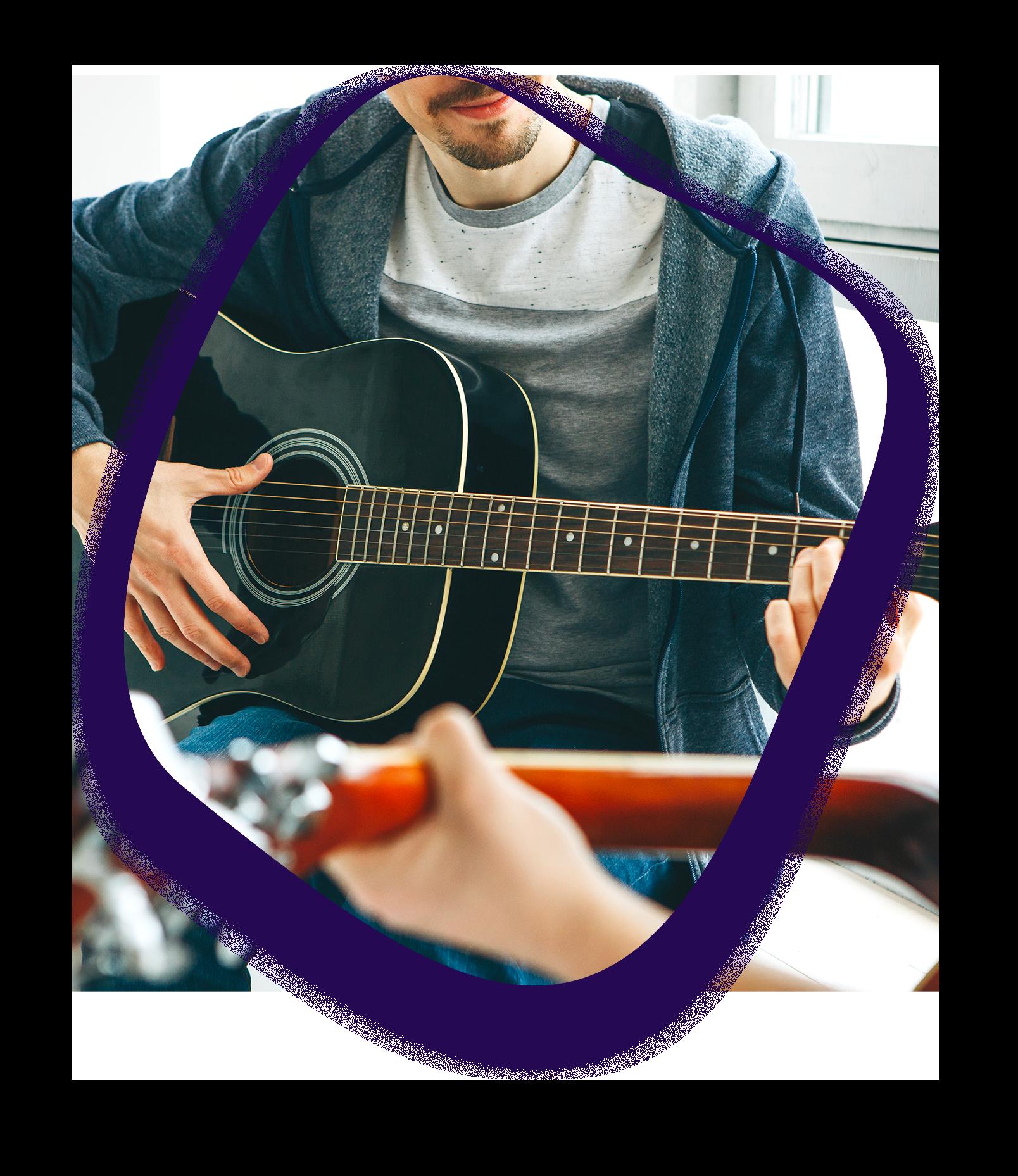 ici se trouve une image d'un jeune qui joue de la guitare