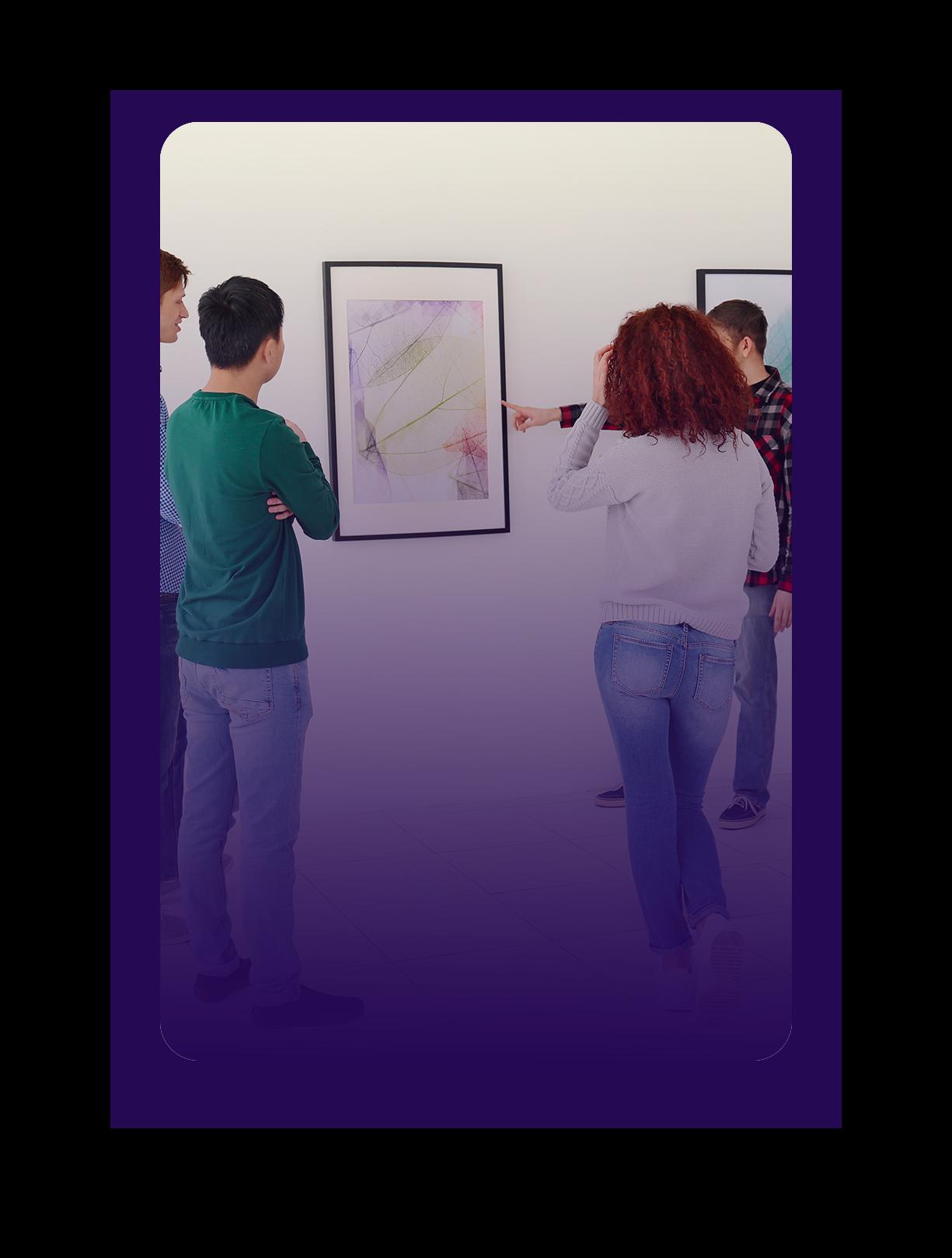 ici se trouve une photo de jeunes de dos dans une galerie qui regardent une oeuvre