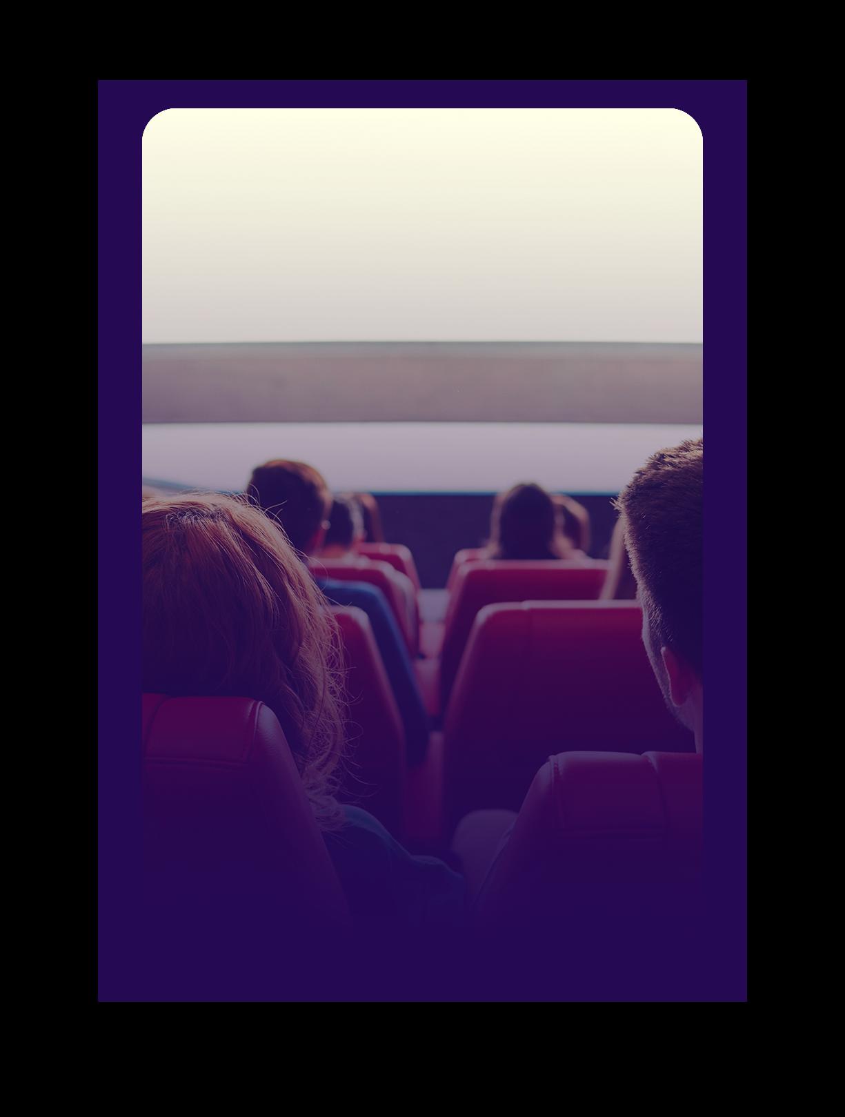 ici se trouve une photo d'une salle cinéma ou l'on voit de dos des jeunes ainsi que l'écran
