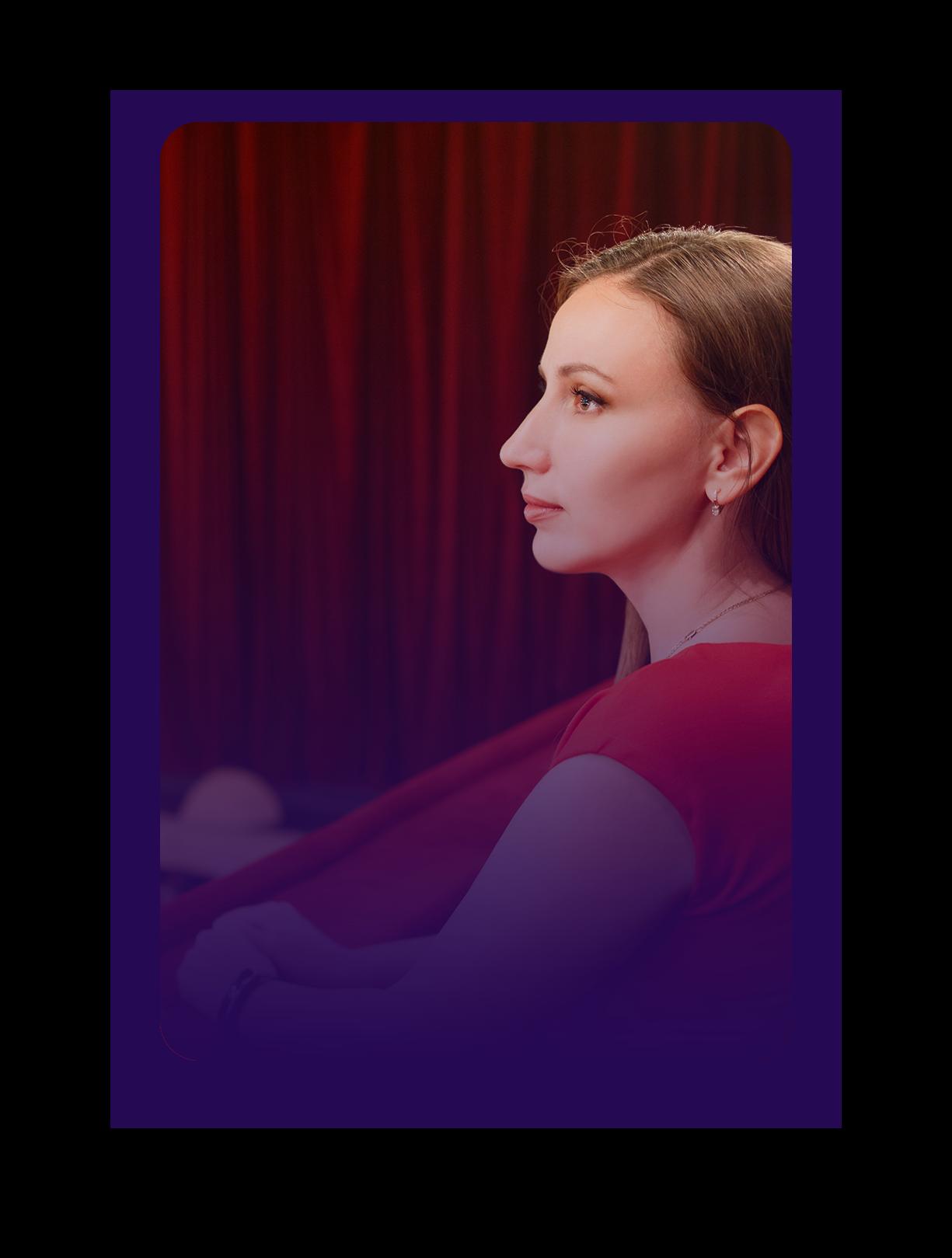 ici se trouve la photo d'une jeune fille avec un rideau rouge en fond