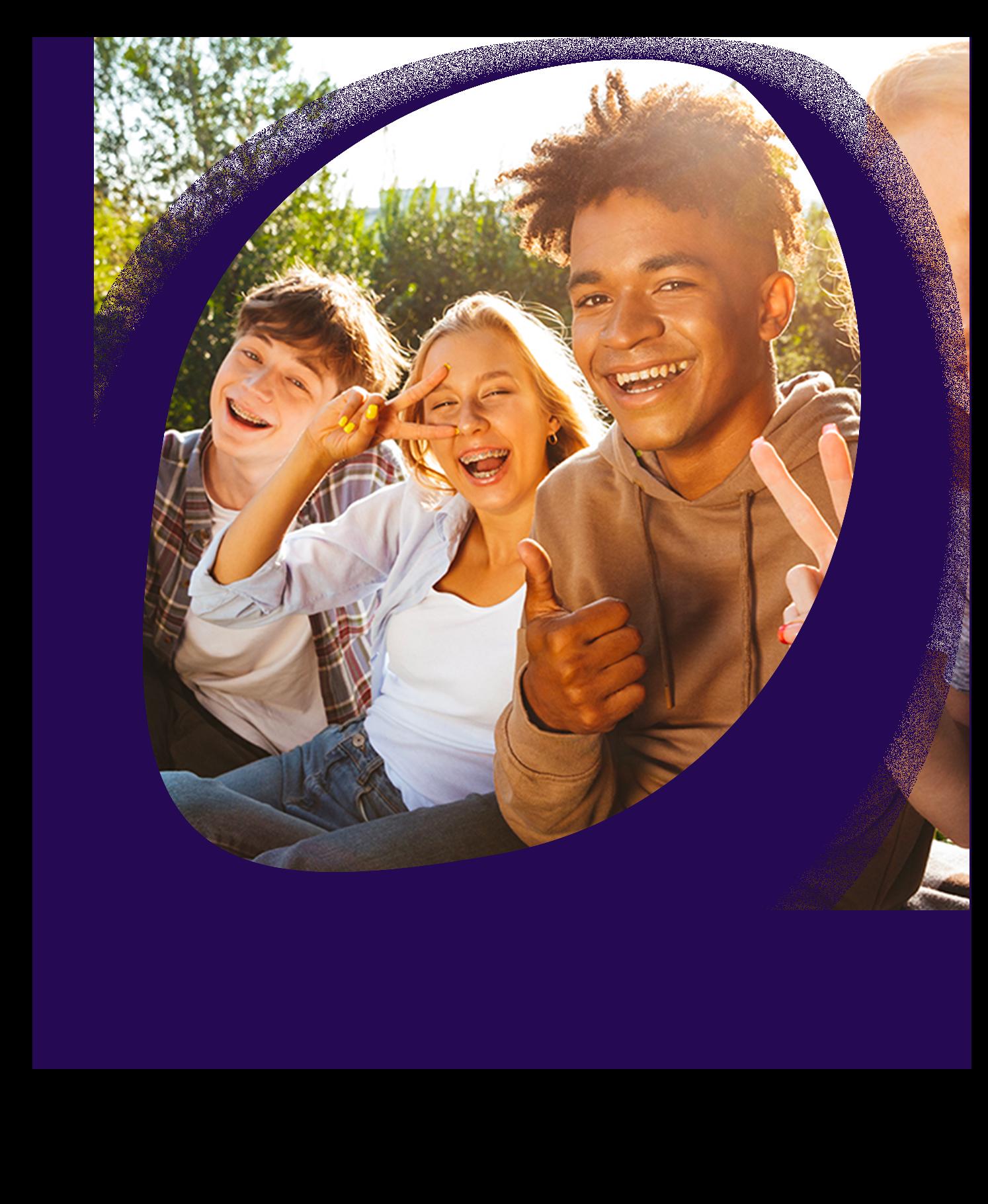 ici se trouve une photo de trois jeunes qui sourient à l'objectif