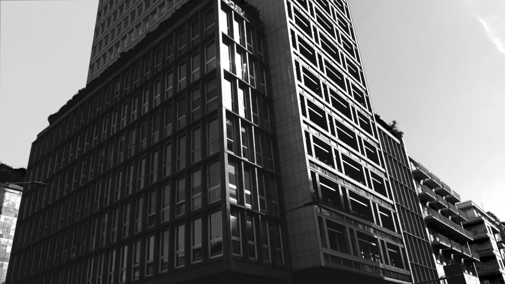 photo en noir et blanc d'un bâtiment très graphique
